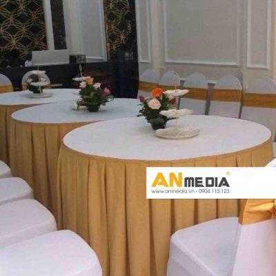 AN Media cho thuê bàn ghế tiệc 10 người trắng kèm ghế banquet trắng nơ xanh dương